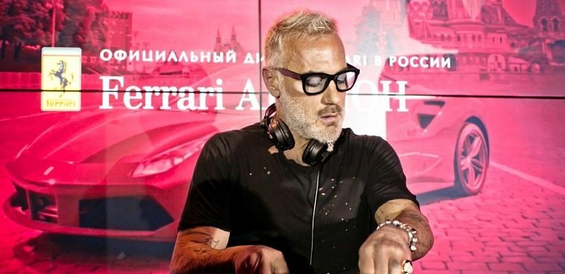Лето и Джанлуки Вакки приехали в Москву на Ferrari